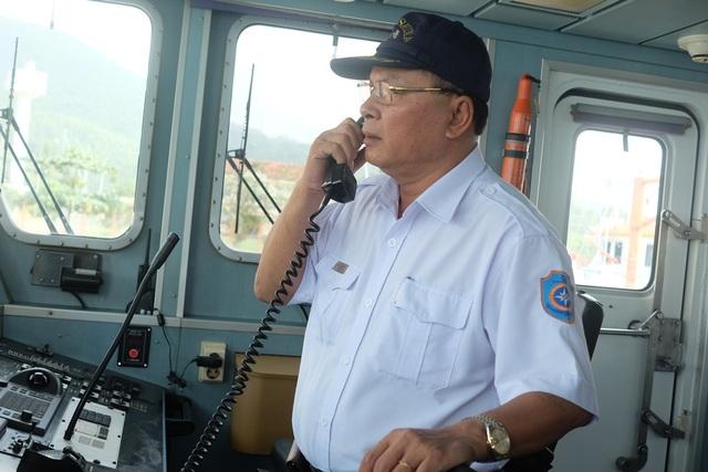 """Hơn 10 năm """"cầm cương"""" tàu SAR 412, thuyền trưởng Phan Xuân Sơn cùng thủy thủ nhiều lần phải đương đầu với những sóng gió của đại dương để làm nhiệm vụ cứu giúp ngư dân gặp nạn."""