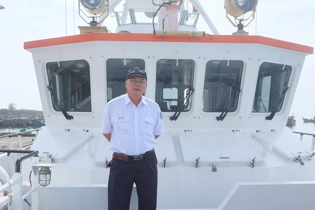 Thuyền trưởng Phan Xuân Sơn trên chiếc tàu SAR 412