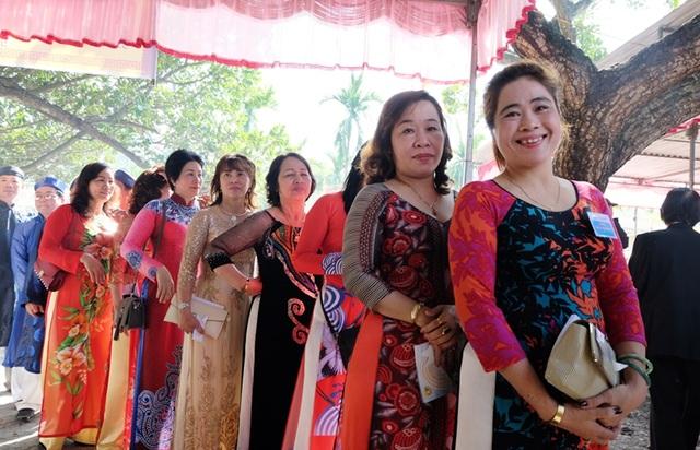 Dòng người nối nhau chờ vào đình làng dâng hương, hoa tưởng nhớ tổ tiên