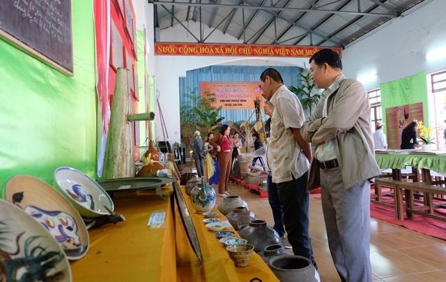 Khu vực trưng bày các hình ảnh, hiện vật gắn liền với đời sống văn hóa và sinh hoạt của làng thu hút nhiều người thưởng lãm