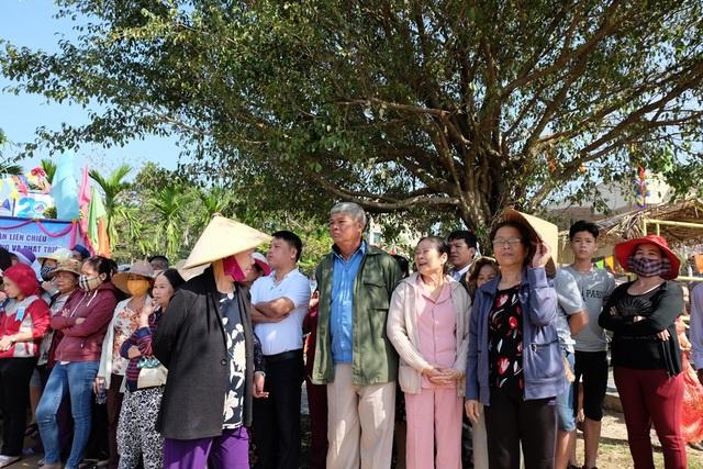 Người dân cùng du khách khắp nơi rủ nhau đi xem hội