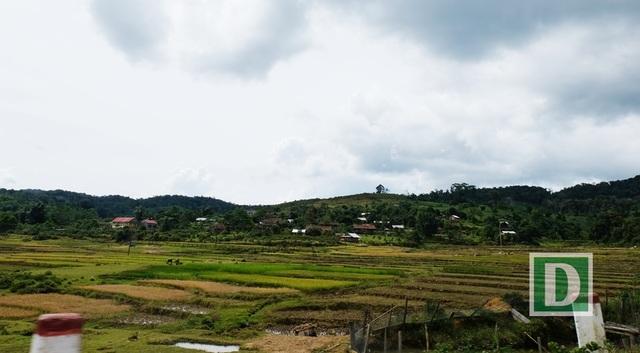 Măng Đen (huyện Kon Plong, Kon Tum) nằm ở độ cao từ 1000 - 1200 mét so với mực nước biển, nằm giữa hai đèo Măng Đen  (nối TP. Kon Tum với Măng Đen) và đèo Violak (nối Măng Đen với huyện Ba Tơ, Quảng Ngãi). Tên gọi Măng Đen xuất phát từ tên T'măng Deeng của người Mơ Nông , có nghĩa là vùng đất bằng phẳng và rộng lớn.