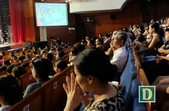 Và phía dưới sân khấu, nhiều khán giả không khỏi xúc động