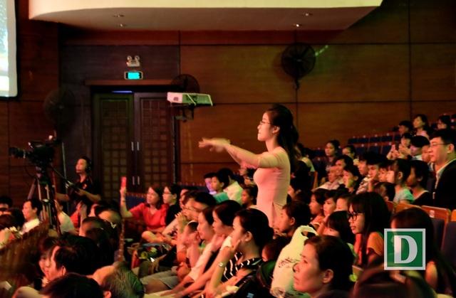 Trong khi các bạn khiếm thị hát và đệm đàn thì các em học sinh khiếm thính cảm nhạc qua cử chỉ của cô giáo để biểu diễn múa phụ họa