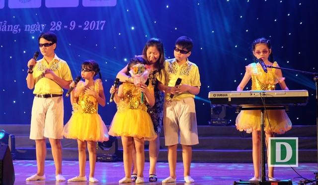 Xúc động tiếng đàn, tiếng hát của học sinh khiếm thị - 3
