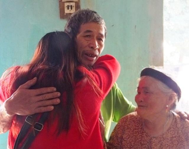 Ông Hán ôm đứa con gái của mình sau hơn 16 xa cách
