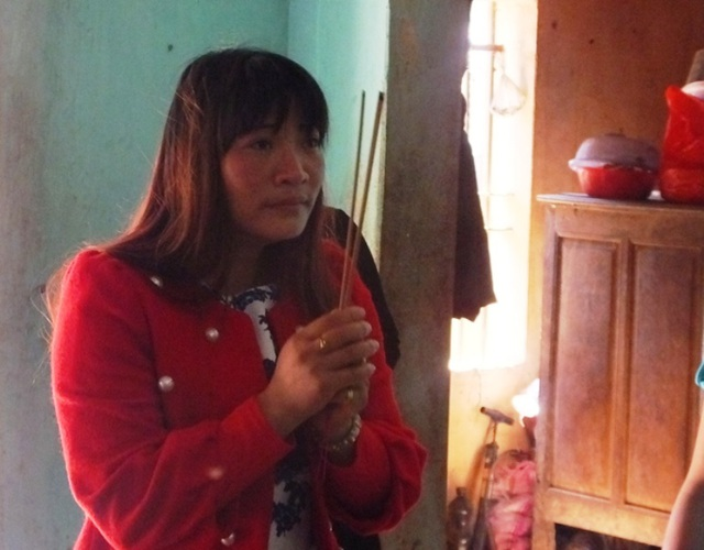 Chị Hà thắp nén hương cho người mẹ quá cố của mình. Sau khi chị đi một thời gian, mẹ chị lâm bệnh và qua đời.