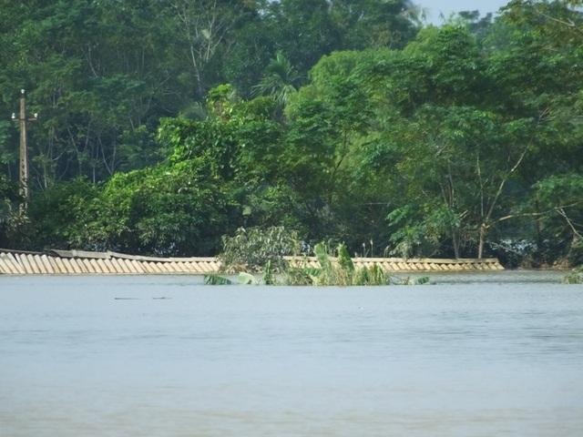 Nhiều nơi tại xã Thạch Định vẫn ngập sâu trong nước