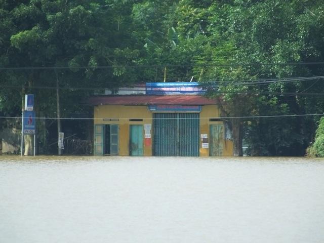 Nhà đang bị nước lũ tràn ngập...