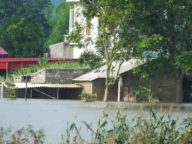 Nước lũ đang rút chậm, khiến người dân chưa thể về nhà
