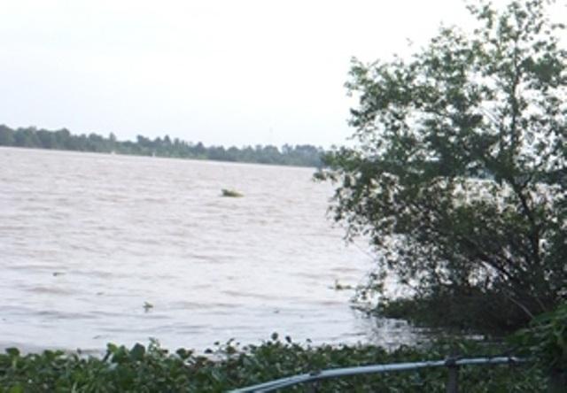 Nạn nhân được phát hiện nổi trên mặt hồ, cổ có quấn dây thừng