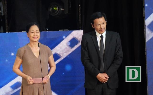 NSND Như Quỳnh và NSƯT Trung Anh đọc tên nam diễn viên chính và nữ diễn viên chính xuất sắc nhất