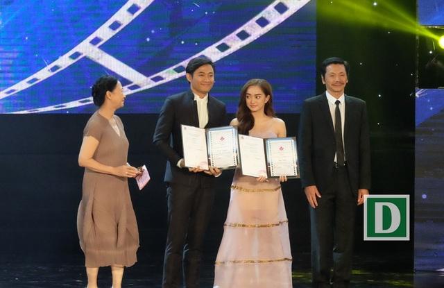 Quý Bình nhân giải nam chính xuất sắc trong phim Bao giờ có yêu nhau và Kaity Nguyễn nhận giải nữ chính xuất sắc trong phim Em chưa 18
