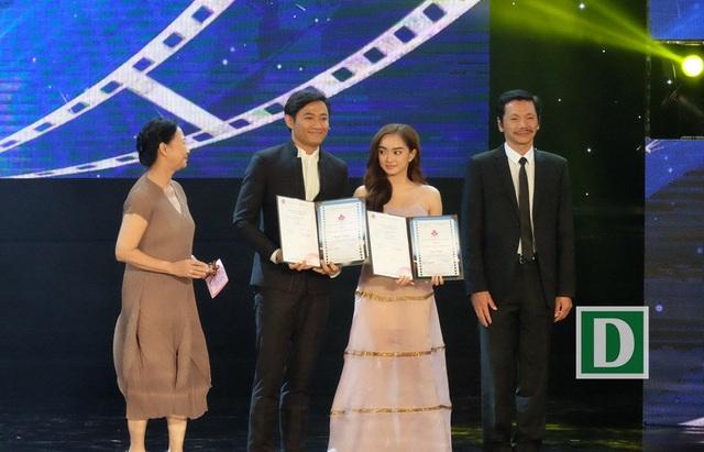Khoảnh khắc Quý Bình nhận Bông Sen Vàng cho nam diễn viên chính xuất sắc với phim Bao giờ có yêu nhau cùng Kaity - nữ diễn viên chính xuất sắc với phim Em chưa 18