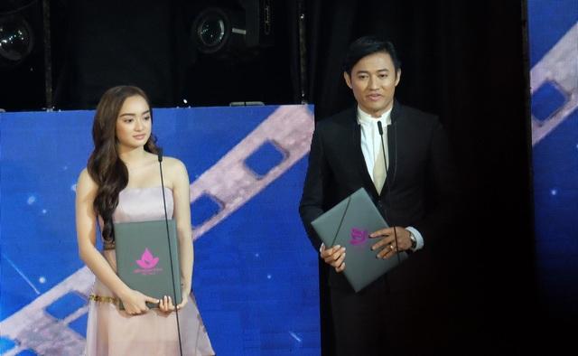 Diễn viên Quý Bình xúc động chia sẻ nâng đỡ cho giải nam diễn viên chính xuất sắc nhất là cả ekip, các cộng sự của đoàn phim