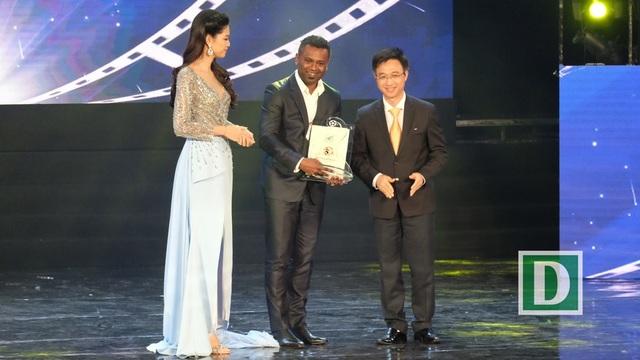 Đại diện đoàn phimChú chim vàng của Singapore nhận Giải thưởng phim ASEAN
