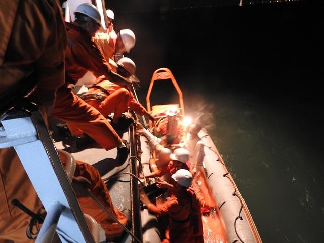 Chuyển các ngư dân qua tàu SAR 412