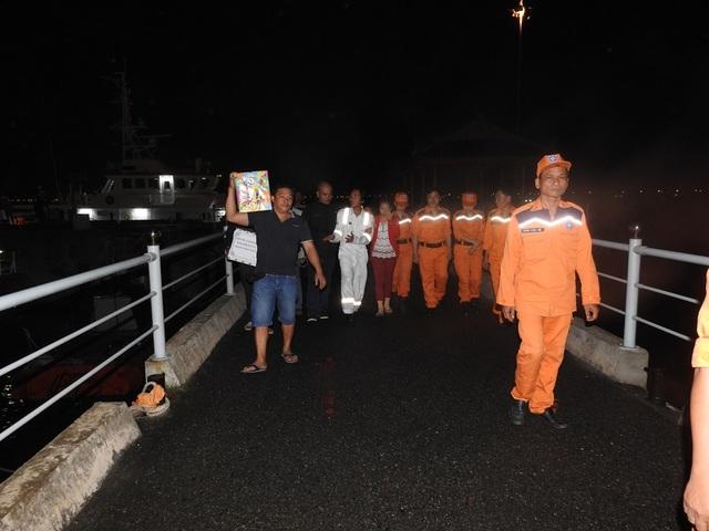 5 ngư dân được đưa vào bờ an toàn