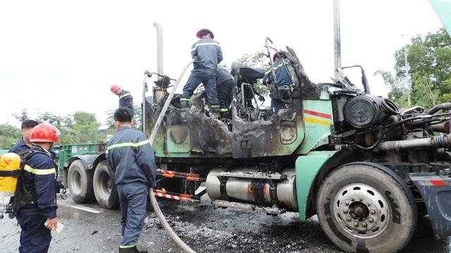 Tuy nhiên, chiếc xe đầu kéo đã bị cháy rụi, trơ khung.