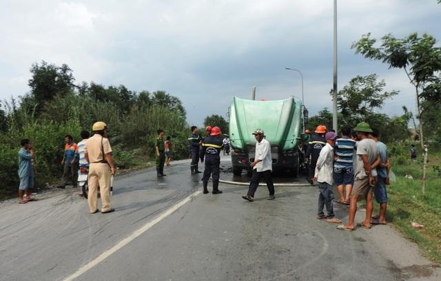 Lực lượng CSGT tổ chức phân luồng giao thông; Cảnh sát PCCC tích cực phun nước khống chế đám cháy.