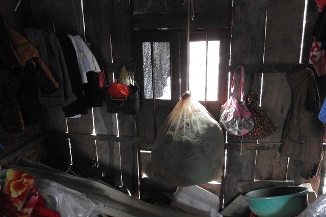Bên trọng căn nhà tuềnh toàng rách nát, không một đồ vật gì đáng giá