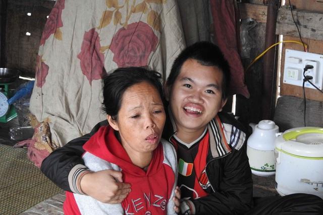 Mẹ bệnh nặng, cậu con trai 20 tuổi vẫn ngây ngô cười nói không biết gì