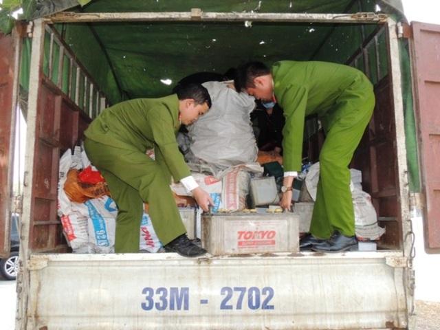 Lực lượng Cảnh sát môi trường kiểm tra xe ô tô và tang vật vụ việc (ảnh: Công an Hà Nam)