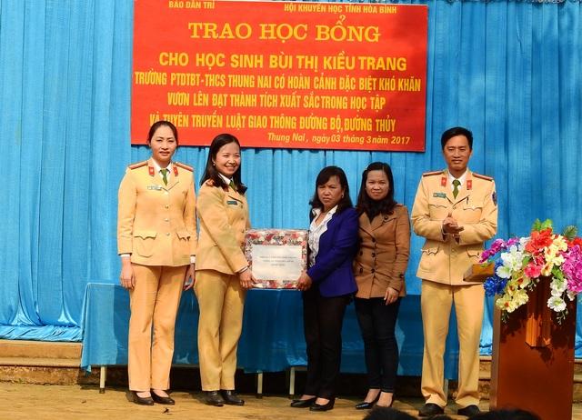 Phòng CSGT Công an tỉnh Hòa Bình cũng đã trao quà cho nhà trường và em Trang, phần quà này rất thiết thực góp phần trong công tác giảng dạy và học tập của nhà trường
