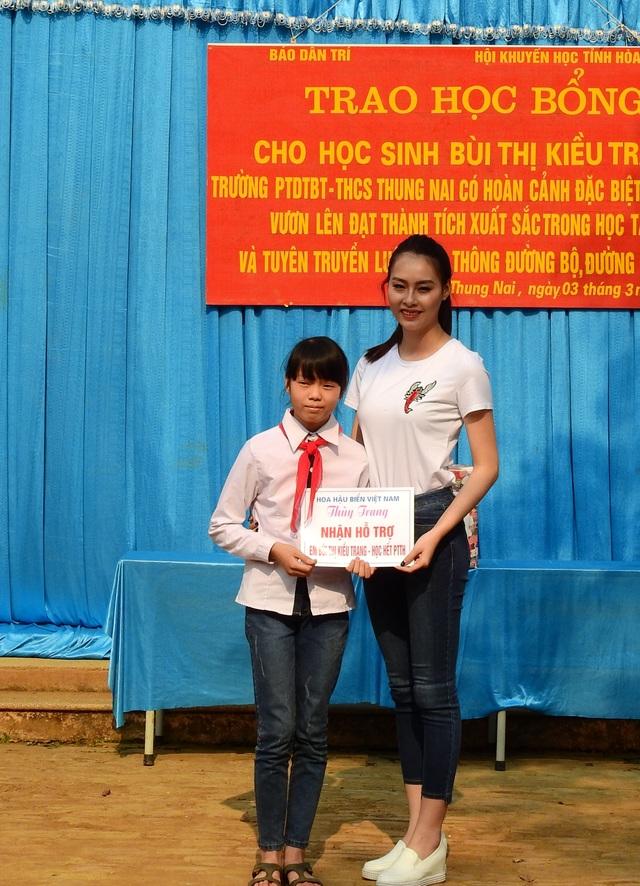 Hoa hậu biển Phạm Thùy Trang nhận hỗ trợ em Kiều Trang học hết phổ thông trung học