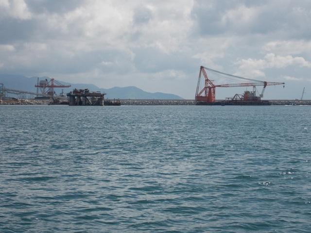 Đang quây phao đánh dấu vị trí nhận chìm 1 triệu m3 chất thải xuống biển - 2
