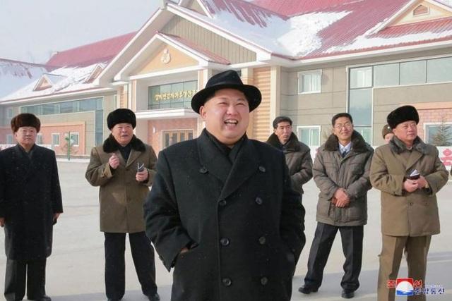 Nhà lãnh đạo Kim Jong-un thị sát một nhà máy chế biến khoai tây của Triều Tiên (Ảnh: AFP)