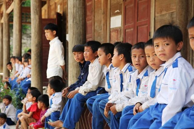 Với việc khởi công cầu Dân trí tại bản Con Phen, xã Hữu Khuông thì thầy và trò, chính quyền địa phương, người dân rất vui mừng vì rồi đây sẽ không còn cảnh lội suối.