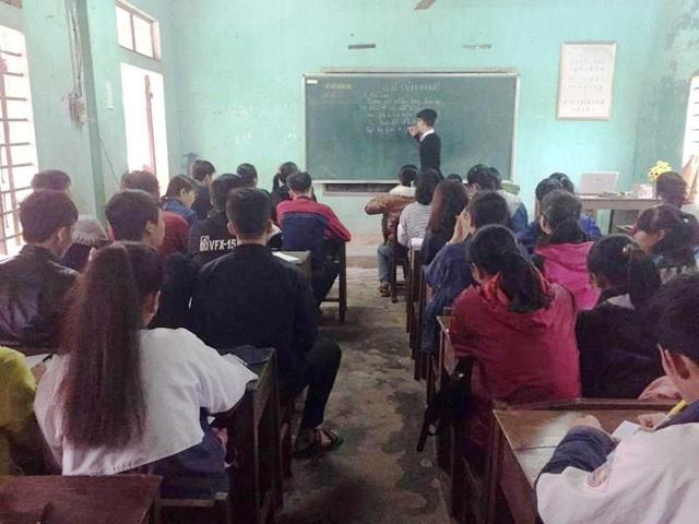 Với lượng học sinh đông và chia làm nhiều lớp, có những ngày người thầy đặc biệt Nguyễn Văn Sỹ phải dạy đến 7 ca, mỗi ca từ 1,5 đến 2 giờ đồng hồ
