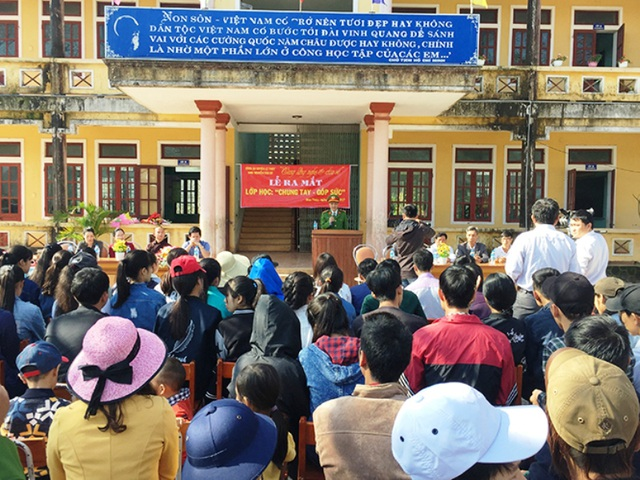 Buổi lễ khai giảng của lớp học do thầy Sỹ đứng lớp được Công an huyện Lệ Thuỷ tổ chức tại trụ sở UBND xã Hoa Thuỷ (Ảnh: T.T)