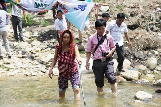 Dòng suối Chà Lạt mùa nắng thì đỡ người dân có thể lội qua, song vào mùa mưa thì nước chia cắt các bản với nhau, học sinh đi lại gặp muôn vàn khó khăn.