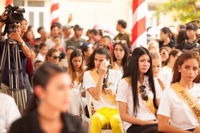 Nhiều hoa hậu đã không cầm được nước mắt khi nhìn thấy các em học sinh bị khuyết tật