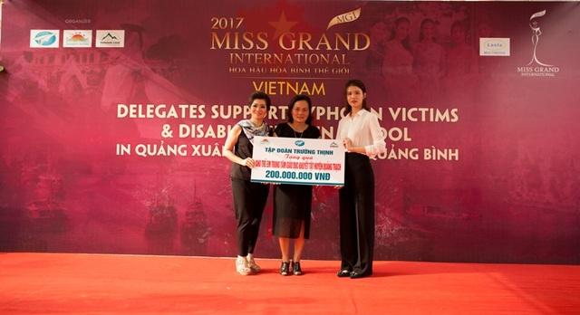 Đại diện Tập đoàn Trường Thịnh, đơn vị tổ chức địa điểm vòng thi Trang phục dân tộc đã trao 200 triệu đồng ủng hộ Trường khuyết tật xã Quảng Xuân