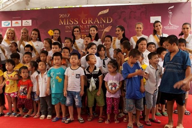 Các thí sinh Miss Grand International 2017 tặng quà cho các em học sinh tại Trường khuyết tật xã Quảng Xuân