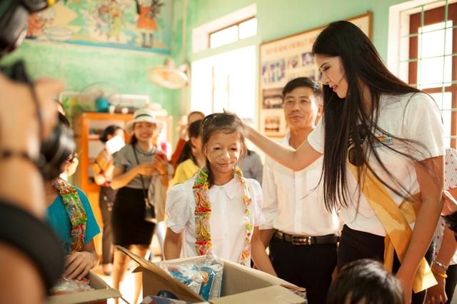 Thí sinh Miss Grand International 2017 tặng quà cho trẻ em khuyết tật - 3