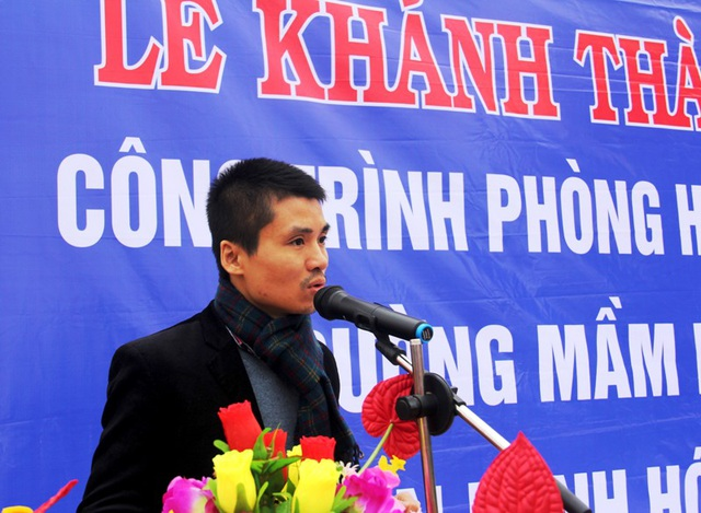 Nhà báo Phạm Tuấn Anh, Phó Tổng biên tập Báo Dân trí phát biểu tại buổi Lễ khánh thành phòng học Dân trí tại bản Sy