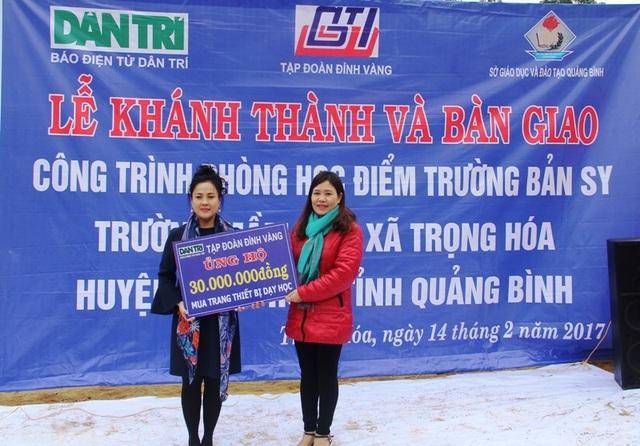 Bà Nguyễn Kim Thúy, Chủ tịch HĐQT kiêm Tổng giám đốc Tập đoàn Đỉnh Vàng hỗ trợ thêm 30 triệu đồng để nhà trường mua các trang thiết bị dạy học