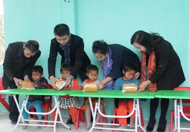 Niềm vui khôn tả của các cháu học sinh khi được nhận những chiếc bánh rất ngon dịp đầu năm mới