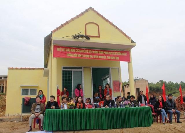 Các đại biểu về dự Lễ Khánh thành phòng học mang tên Dân trí tại điểm trường bản Sy