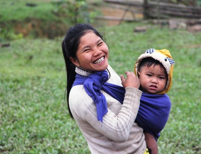 Nét mặt mừng vui của bà con đồng bào khi con em có nơi học mới khang trang và đầy đủ tiện nghi hơn