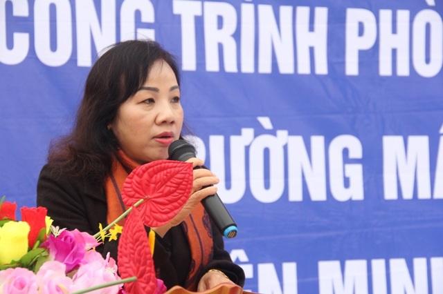 Bà Trần Thị Hương, Phó Giám đốc Sở GD&ĐT Quảng Bình bày tỏ niềm xúc động khi được đón nhận tình cảm từ Báo Dân trí và Tập đoàn Đỉnh Vàng đã dành tặng cho ngành giáo dục tỉnh nhà