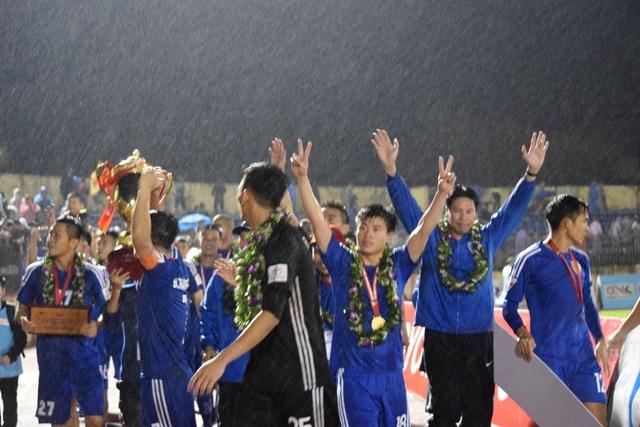 Các cầu thủ Quảng Nam nhận cúp trong cơn mưa nhẹ, ảnh: Khánh Quang