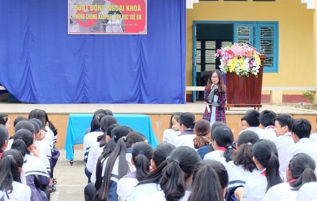 Nguyễn Thị Song Trà giao lưu với các em học sinh.