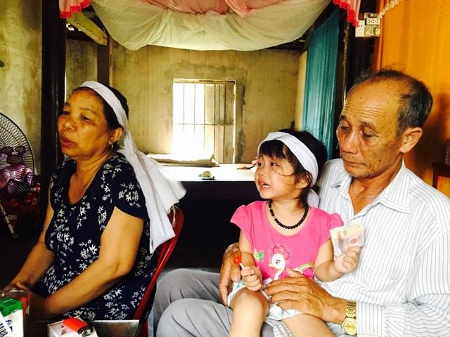 Bà Thắm và ông Đãi (ông bà nội bé Thanh Thanh) đau đớn trước cái chết oan nghiệt của con dâu và cháu