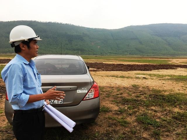 Ông Nguyễn Thành Vinh, Phó Phòng kỹ thuật an toàn, phụ trách giải phóng mặt bằng thuộc dự án Trung tâm nhiệt điện Quảng Trạch dẫn PV Dân trí đi khảo sát xung quanh khu vực nhà máy