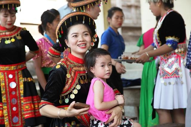 Các cô giáo mầm non xã Hữu Khuông cũng như học sinh nơi đây vui mừng vì sẽ không còn chịu cảnh phải lội suối như trước đây nữa.